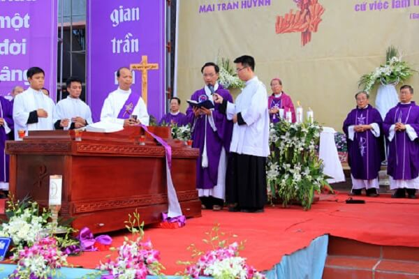 linh mục chủ sự cử hành nghi thức phó dâng và từ biệt