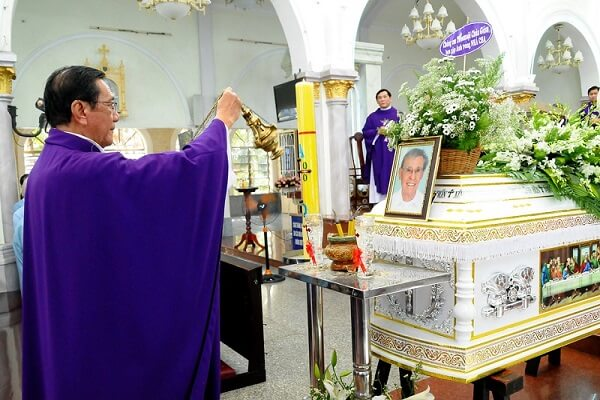 linh mục cử hành nghi thức hỏa táng